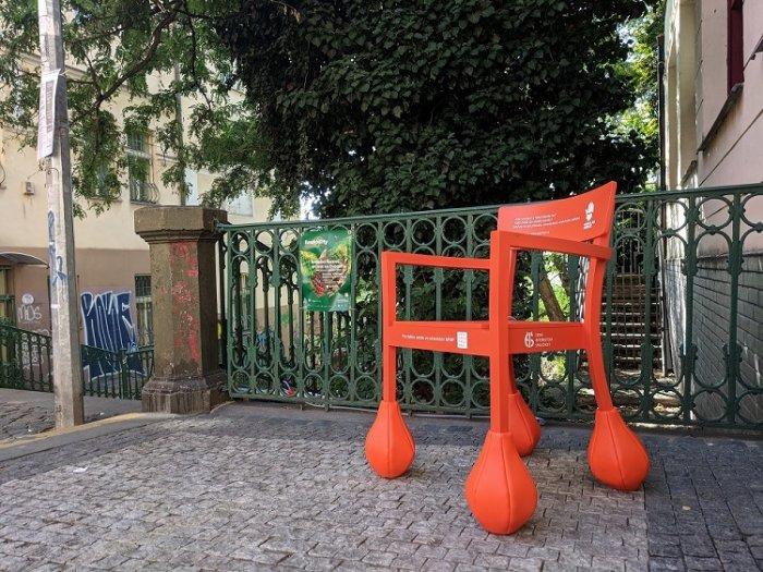 Tohle Jsou Ty Divné židle! Už Víme, K čemu Slouží