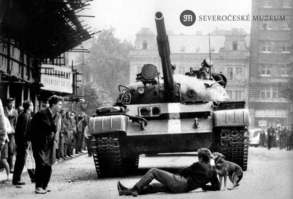 Srpen 1968. Mladík se vlastním tělem snaží zastavit sovětský tank|foto: Severočeské muzeum v Liberci