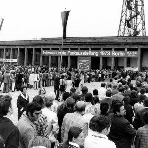 1973 Menschenschlangen zur Eröffnung der Internationalen Funkausstellung.  1973 Queues of visitor at the Entrance North.