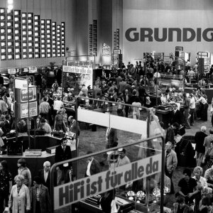 1977 Die Halle von Grundig ist ein echter Publikumsmagnet.  1977 The Grundig Hall is a real attraction at IFA.