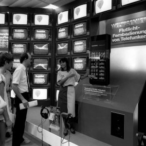 1985 Am Stand von Telefunken steht Videotext mit der Fernbedienung FB 280 im Interesse der Besucher.  1985 Teletext and the new remote control FB 280 is in the focus at the stand of Telefunken.