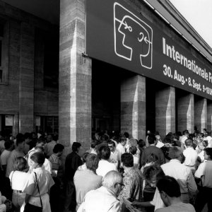 1991 Das Interesse der Besucher an der IFA ist – im wahrsten Sinne – grenzenlos. Unser Bild zeigt den morgentlichen Andrang am Eingang zur Halle 19.  1991 This picture shows the morning rush of visitors at the Entrance North.