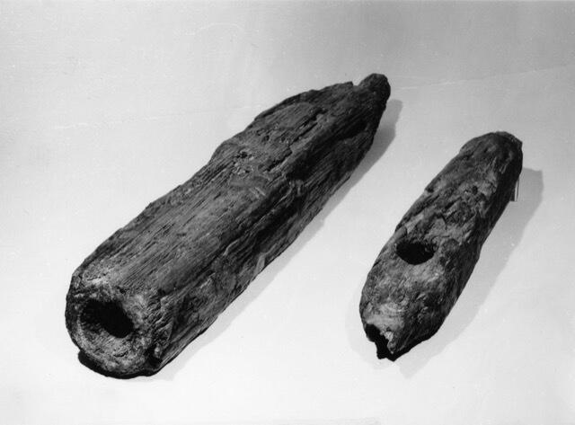 Stojan a čep nalezené v 60. letech 20. století při stavbě podchodu, foto NM