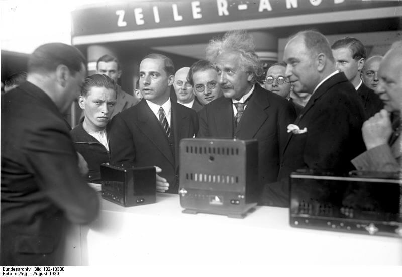 Albert Einstein otevírá veletrh IFA 1930 Feierliche Eröffnung der VII. grossen Funk-Ausstellung am Kaiserdamm in Berlin. Prof. Einstein besichtigt Radioapparate.