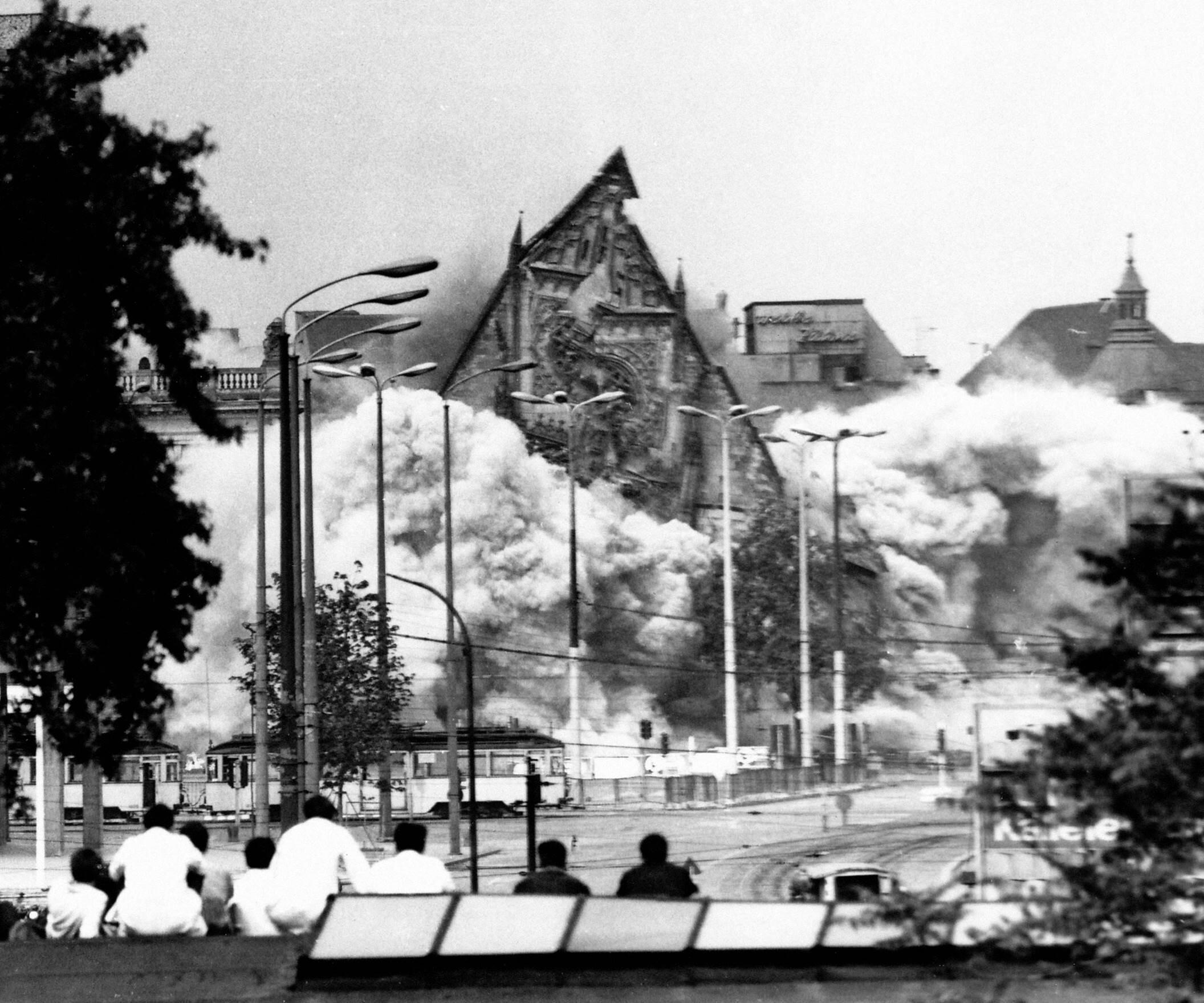Z výstavy Probuzení a protest. Odstřel gotického kostela sv. Pavla v Lipsku, květen 1968. Foto Karin Wieckhorst