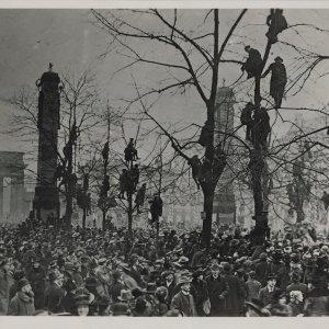 Willy Römer, Ohne Titel (Rückkehr der Truppen. Die schaulustigen Berliner auf den Bäumen Unter den Linden vor dem Hotel Adlon), 10. Dezember 1918 © bpk, Markus Hawlik