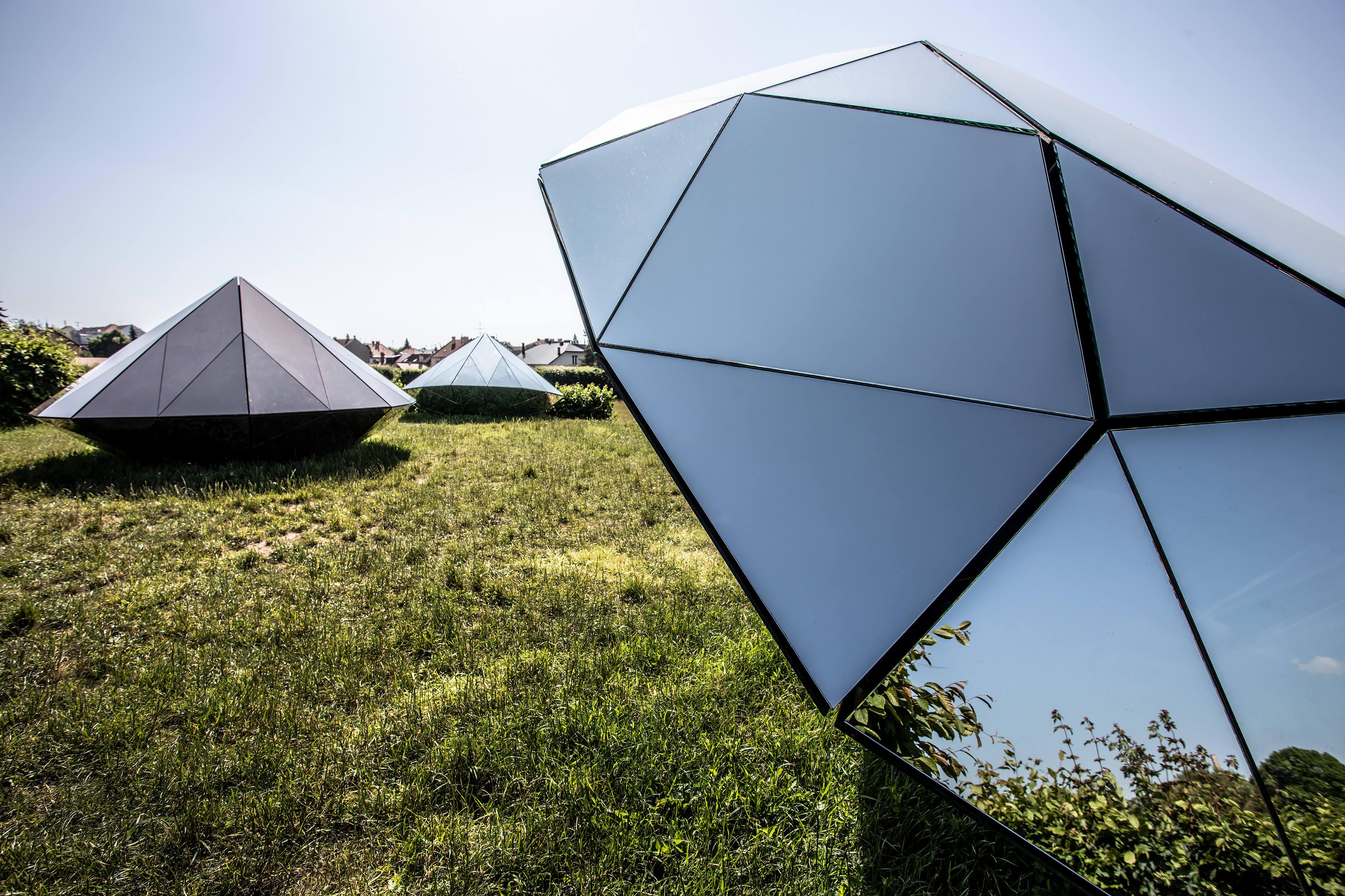Michal Motyčka: Diamanty, 2014, zrcadlo, kov, dřevo, 230 × 250 × 240 cm
