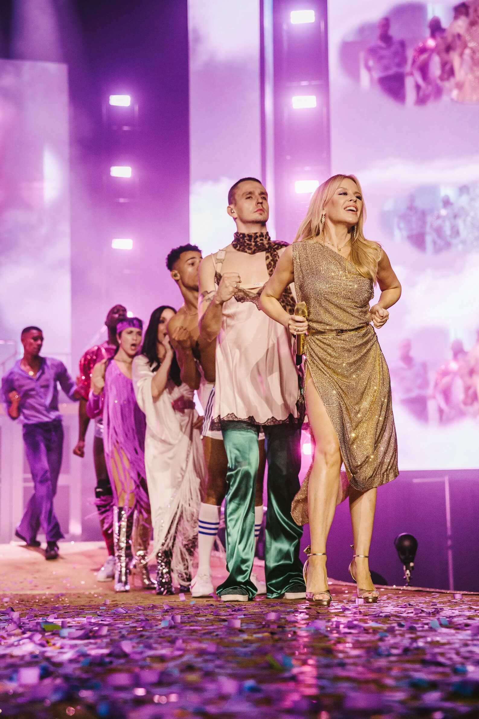 Kylie Minogue ve zlatých šatech se 120 tisíci křišťálů z Preciosy na turné Golden. foto Preciosa