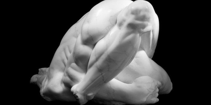 Athar Jaber, Mramorová Postava (figura) – OPUS 4 č. 1, 2008, Kararský Mramor, 60 X 60 X 120 Cm (bez Podstavce), 130 X 110 X 110 Cm (s Podstavcem). Soukromá Sbírka.