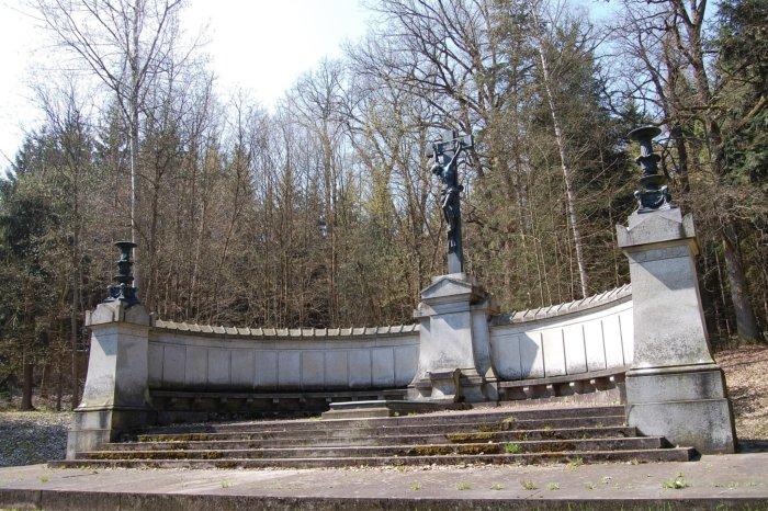 Ringhofferova Hrobka: Klenot Mezi Stromy