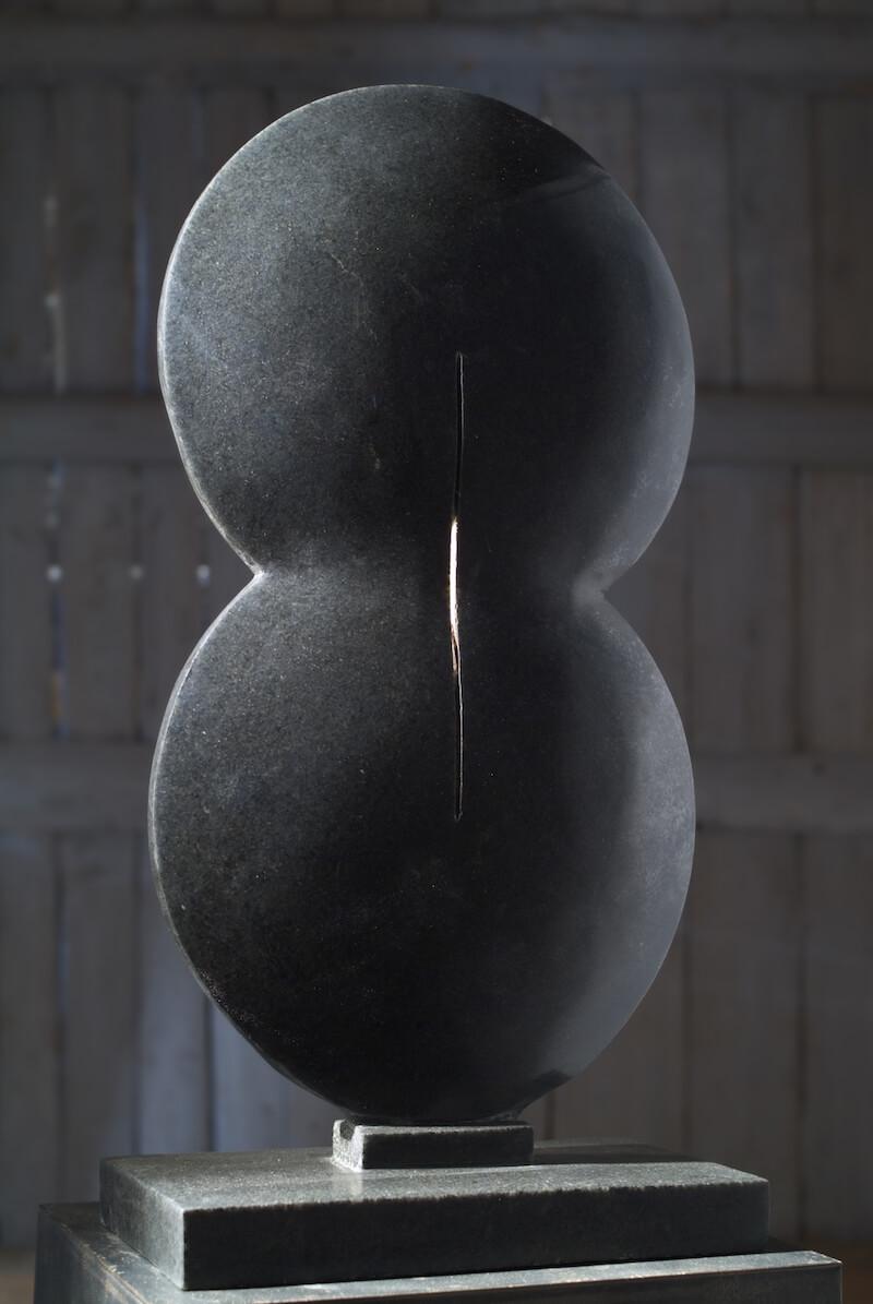 Průnik, černá žula, 2004. 63 x 31 x 25 cm Foto: Ondřej Polák