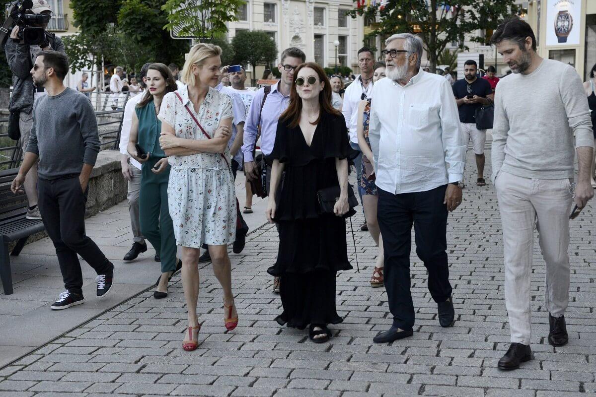 F28b Herecka Julianne Moore Prezident Festivalu Jiri Bartoska A Filmo
