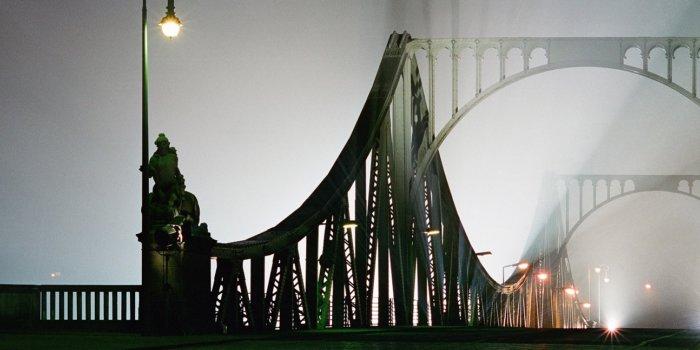 Glienicker Brücke Zwischen Potsdam Und Berlin Am 9. November 1994, Dem 5. Jahrestag Des Mauerfalls. / Most špionů V Postupimi. Autor Bernd Blumrich