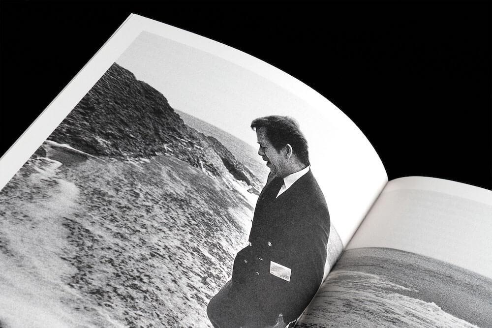 Katalog výstavy Karafiáty a revoluce, foto publikace - studio Flusser. Na snímku foto Tomkiho Němce Václav Havel na pláži Guincho (Cabo da Roca).