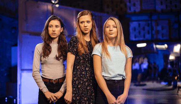 Verze V Síti: Za školou Pro Diváky Od 12 Let Je Doplněna Komentáři A Radami Hlavních Protagonistek