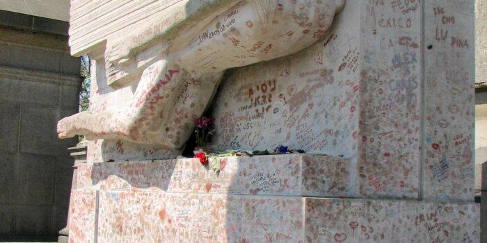 Hrob Oscara Wildea Na Pařížském Hřbitově Pere Lachaise (2008, Ještě Před Instalací Ochranného Protipolibkového Skla)