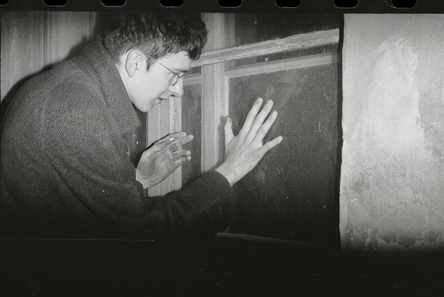 """Vladimír Havlík, Akce Černá ruka, 1979, fotografie, papír, 18 × 24 cm (2 ks) Olomouc, Žerotínovo náměstí; foto Zdeněk """"Eda"""" Cupák"""