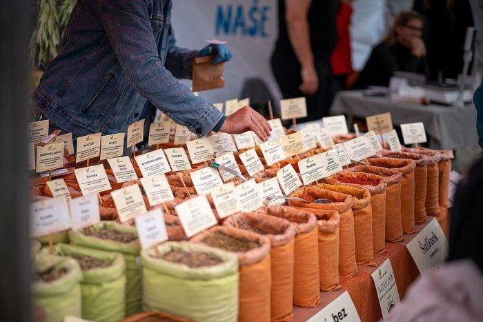 Na Plovárně Otevřely Trhy, Zajít Můžete Pro Potraviny I Na Plavbu Po Vltavě
