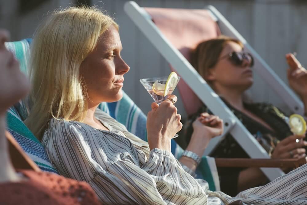 Seurapeli elokuva. Laura Birn ja Emmi Parviainen. Villinki. Helsinki. Heinäkuu 2019 (foto z filmu Víkend na chatě, zdroj Kino Pilotů)