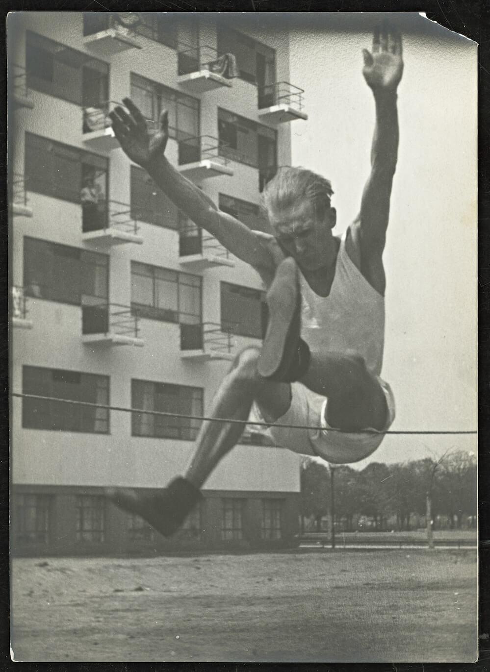 ca. 1928 Erich Consemüller (high jump in front of the Bauhaus/Prellerhaus)  Copyright: Stiftung Bauhaus Dessau (Besitz Scan) (I 44765/1-2) / © (Hollos-Consemüller, Ruth) Consemüller, Stephan (Eigentum Original Vintage Print)