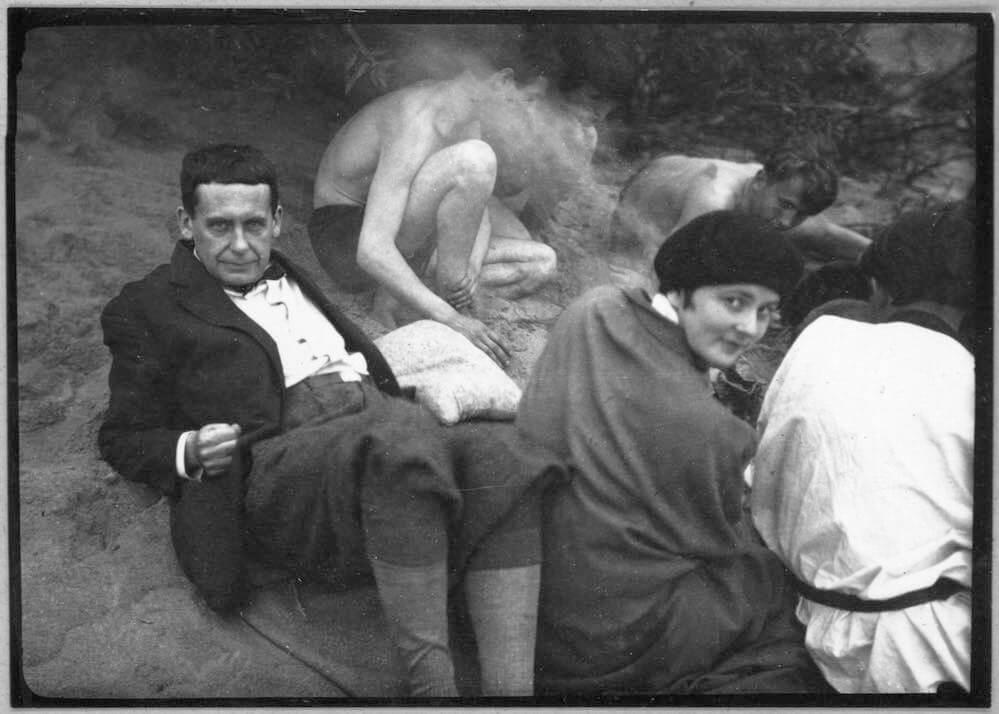 ca. 1927 Campfire on the shore of the Elbe with Ise and Walter Gropius  Copyright: Stiftung Bauhaus Dessau (Besitz Scan) (I 46026/1-2) / © (Consemüller, Erich) Consemüller, Stephan (Eigentum Original Vintage Print)