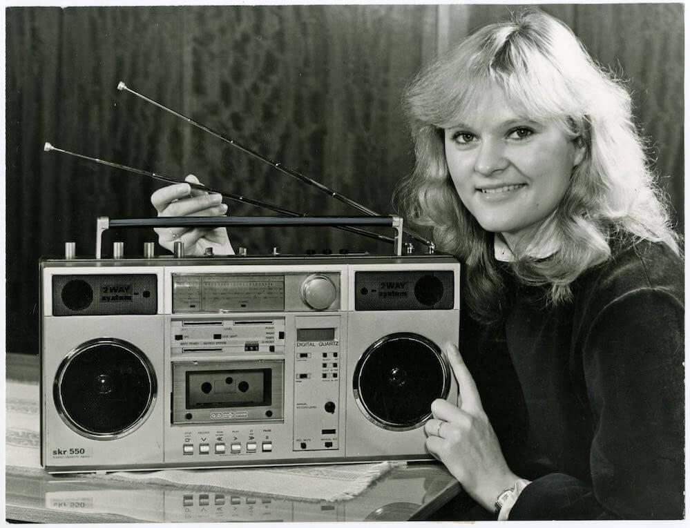 Frau beim Radiohören mit dem Stereo-Kassetten-Recorder »SKR 550« aus dem VEB Stern-Radio Berlin, 1985 © Museumsstiftung Post und Telekommunikation Foto: Heinz Morgenstern