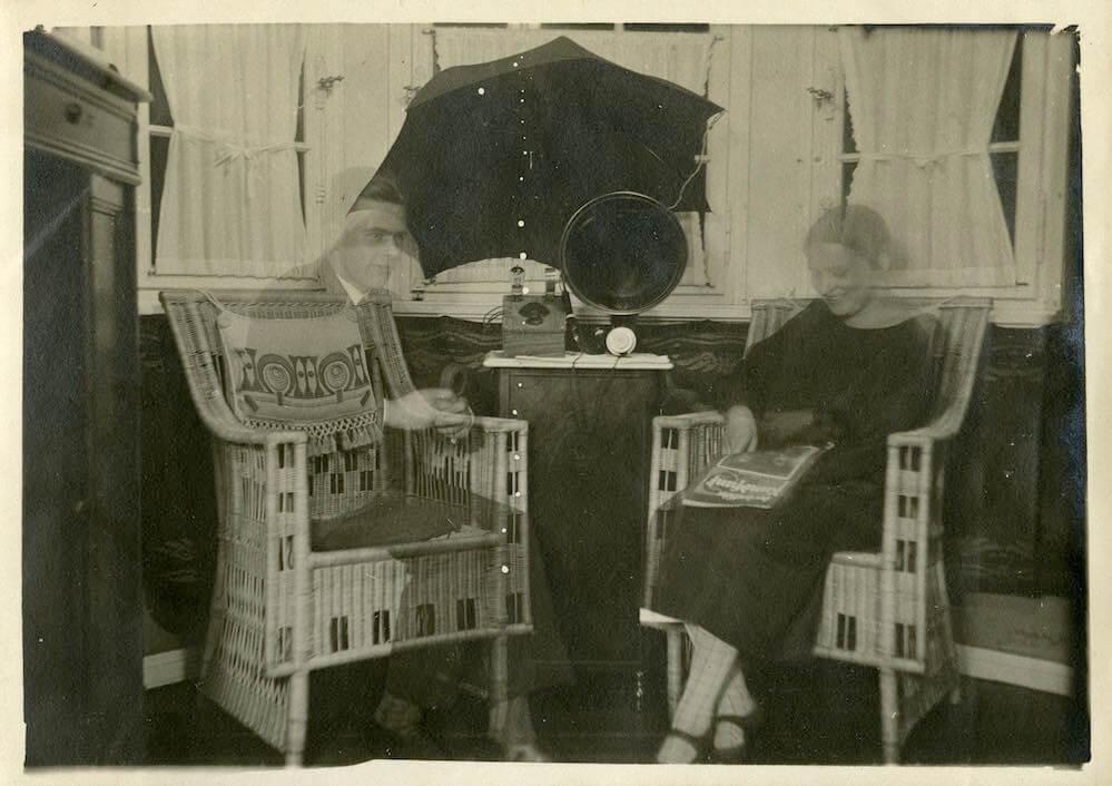 Ehepaar mit Detektorempfänger und Regenschirm als Antenne 1926 © Museumsstiftung Post und Telekommunikation