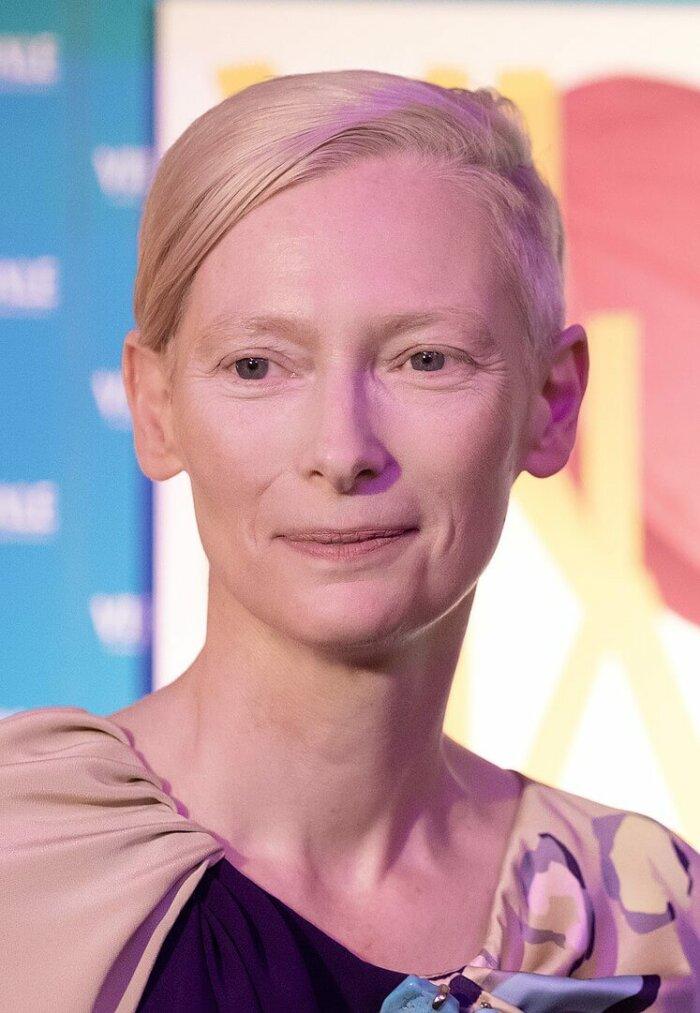 Film Dne: Tilda Swinton Jezdí Na Kole Podél Berlínské Zdi