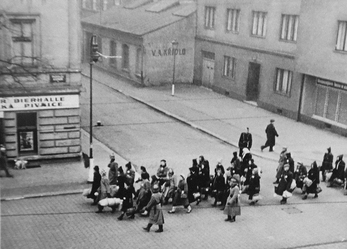 Foto židovského transportu na rohu Veletržní a U Smaltovny ze sbírky J. Čvančary