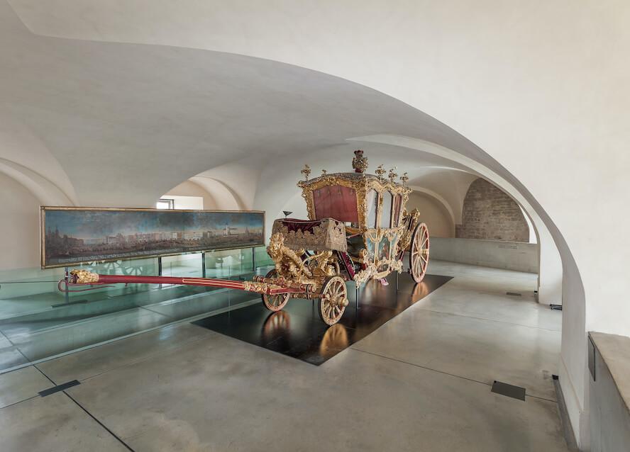 AMO, Václavské nám.4, Olomouc, interiér expozice - kočár. foto MUO_Muzeum moderního umění