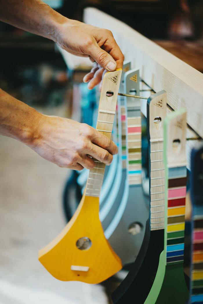 Zakladatelé Hudební školy Vyrábí V Malé Horské Dílně Unikátní Kytary Lavvu