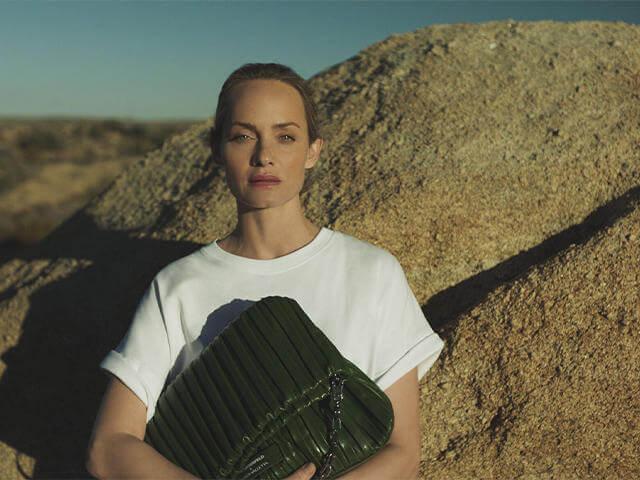 KARL LAGERFELD X Amber Valletta: Kolekce Udržitelných Doplňků