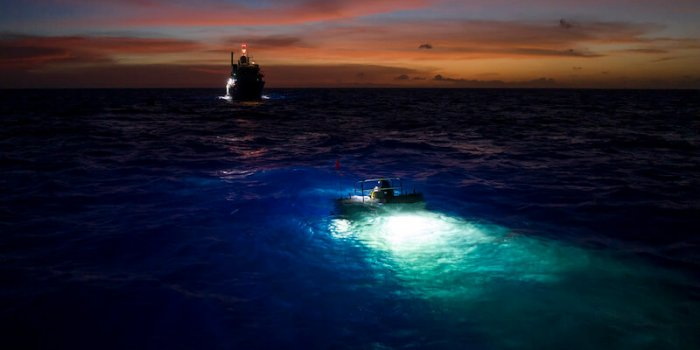 Drone Shot Of The 'Limiting Factor' Just Under The Water With The Lights On With The Pressure Drop In The Background / Foto Discovery Channel